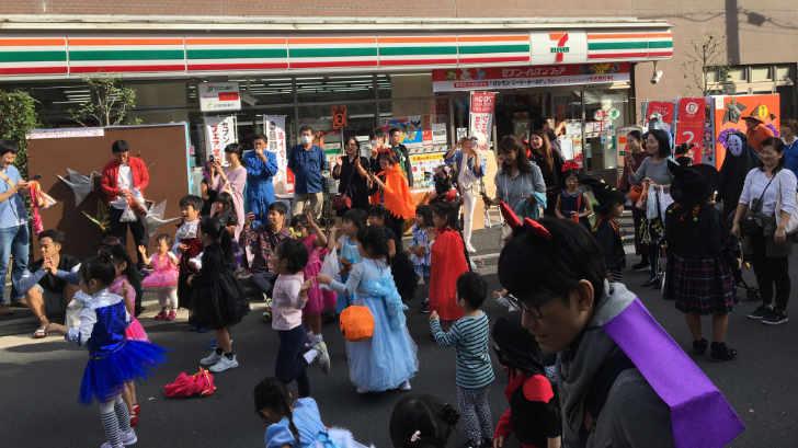 小桜商店街のハロウィンイベントで仮装する子どもたち